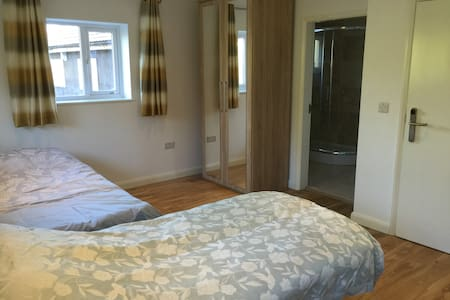 Gorgeous ensuite quad room - Purley - Bed & Breakfast