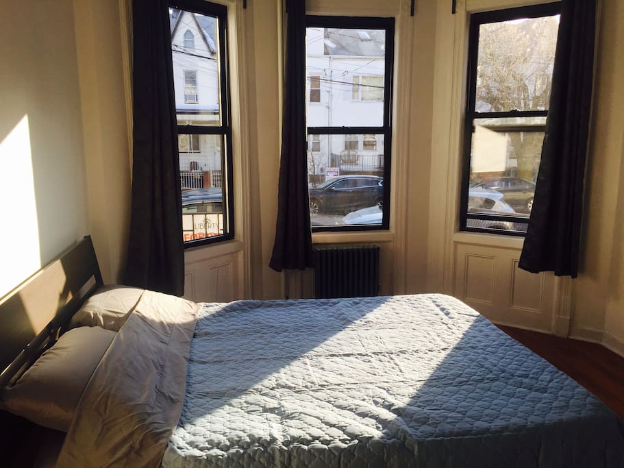 3 Windows make the room full of natural sunlight