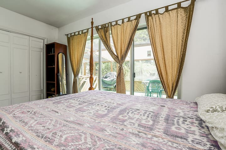 Bali Room with Queen Bed + access to Private screen porch