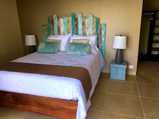 Second bedroom with 1 Queen size bed en-suite
