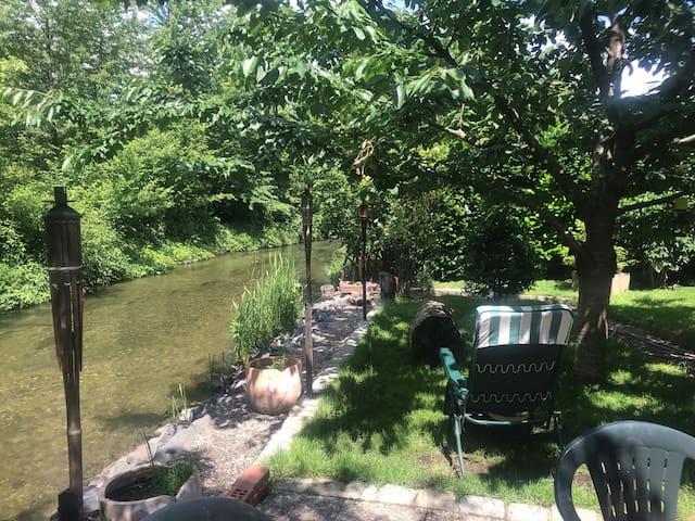 Entre ville & campagne (jardin avec rivière)