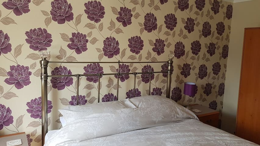 The Plum Room, parking & breakfast nr York