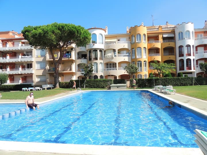 Nice apartment with 2 bedrooms overlooking the garden 100m from the beach.