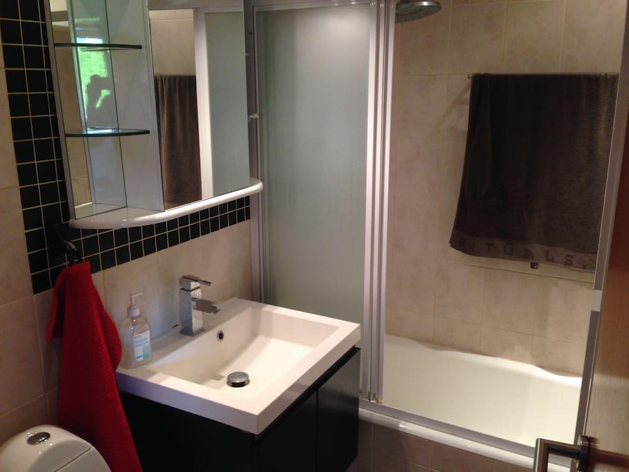 Badeværelse deles med vært samt eventuelle andre gæster.