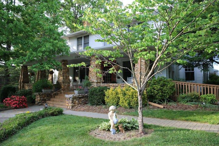 Aunt Adeline's Bed and Breakfast - Hendersonville - Bed & Breakfast
