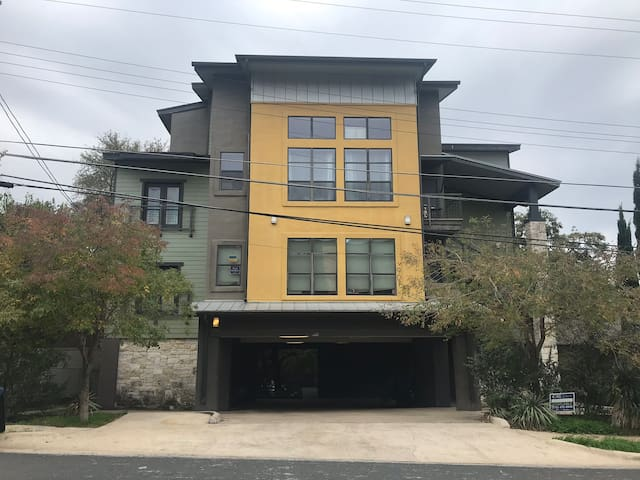 Heart of UT -Modern 2bed/2bath condo.