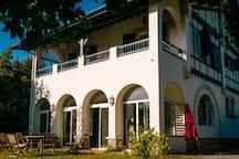Vue extérieure et accès à l'appartement en rez-de-jardin