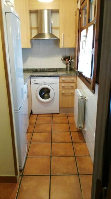 Equipada con lavadora,lavavajillas,microondas,cafetera,exprimidor,batidora,etc.