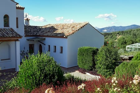Country cottage, pool, gardens & mountain views.