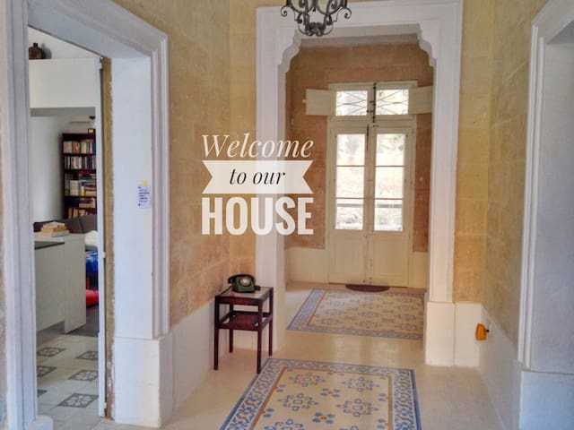 Book now: Charming and central Maltese townhouse - Birkirkara - Stadswoning