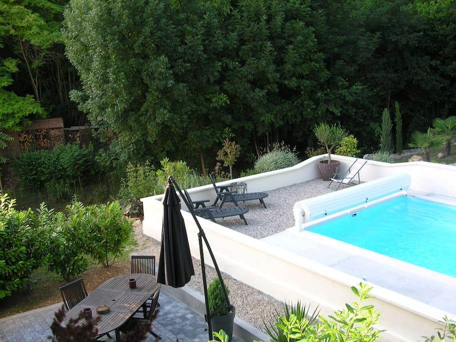 terrasse à proximité de la piscine