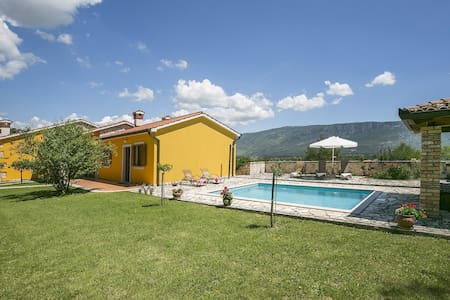 Villa Paola with pool, big garden and view - Blaškovići - Dům