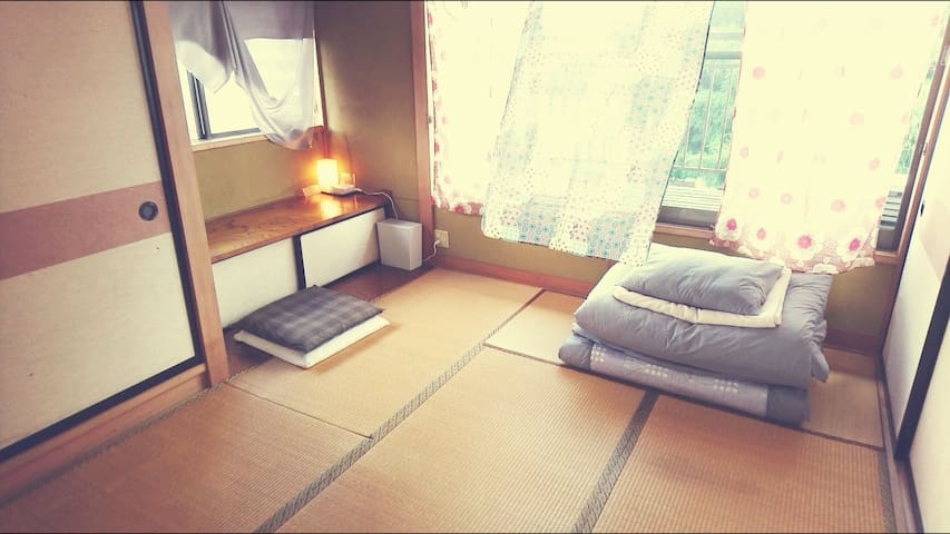 ROOM2  和室6畳:定員2名まで。寝具は布団です。 夏季は扇風機、冬季は石油ストーブ・電気毛布をご用意しております。