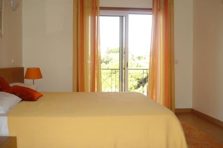 Albufeira. Double bedroom, en -suite . Balcony. - Albufeira