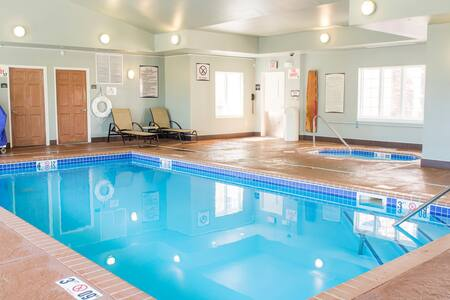 Fully Equipped Suite   Free Wi-Fi, Free Breakfast + Indoor Pool + Hot Tub