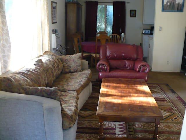 Sherman Oaks, Valley Glen - Top Floor Apartment