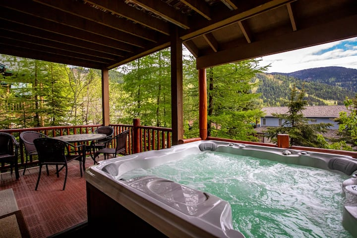 Brand New Listing! Rustic Big Mountain 4BD 2.5BA Home! Sleeps 12 with Private Hot Tub & Amazing Views!