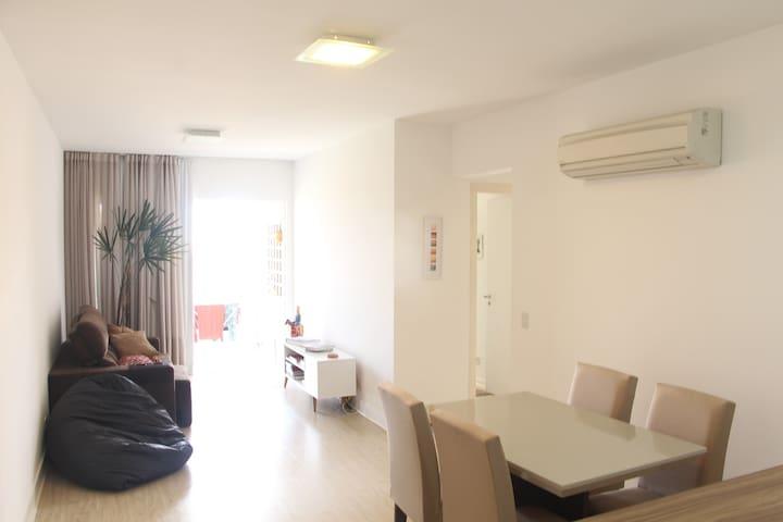 Quarto em apartamento novo em área nobre da cidade