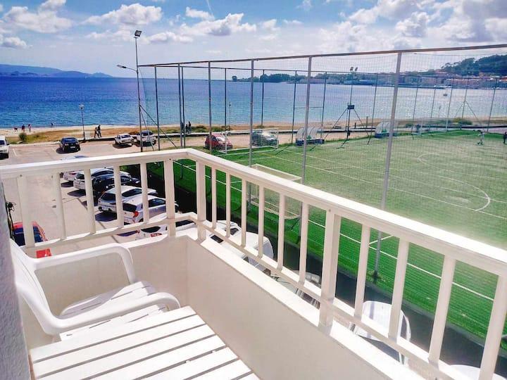 Cómodo apartamento con dos dormitorios, terraza y vistas al mar!