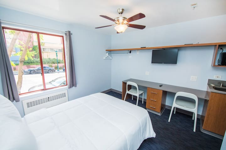 Studio in the Heart of Little Italy! 160