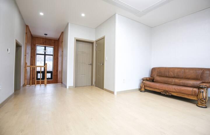 넓은 거실과 여러 개의 방을 보유해 단체, 가족이 즐기기 좋은 벽돌 105호