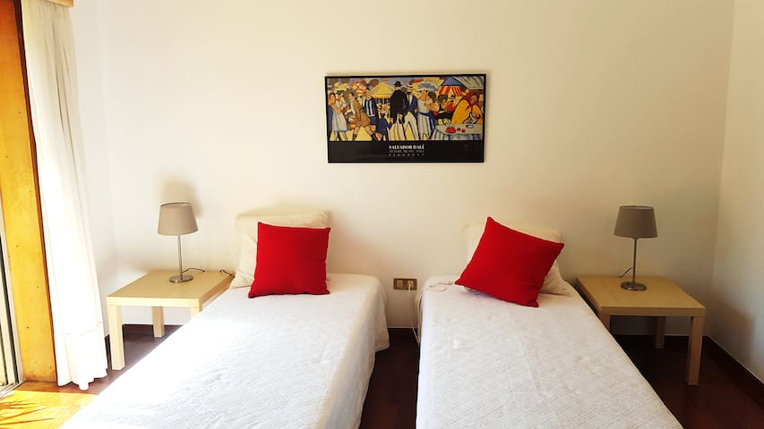 Lovely bedroom with balcony! Super comfortable! - Porto - Apartment