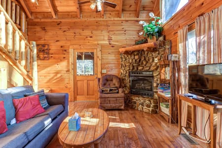 Family-friendly cabin w/private hot tub, gas fireplace & pool table