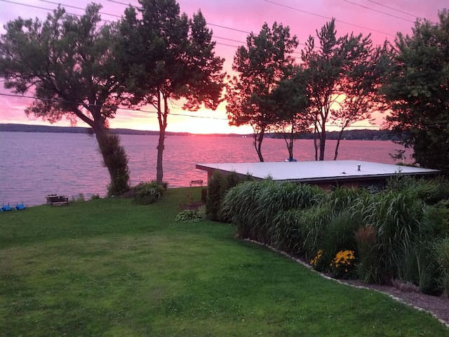 Private 80 ft Lakefront Cottage Stunning Sunsets - Bemus Point - Ház