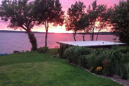 Private 80 ft Lakefront Cottage Stunning Sunsets - Bemus Point - Rumah