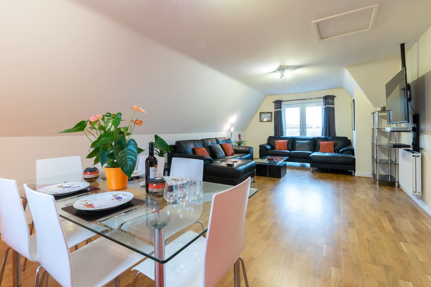"""Plenty of space for you and your friends to relax and watch your favourite movie on the 55"""" smart tv or enjoy a delicious meal."""