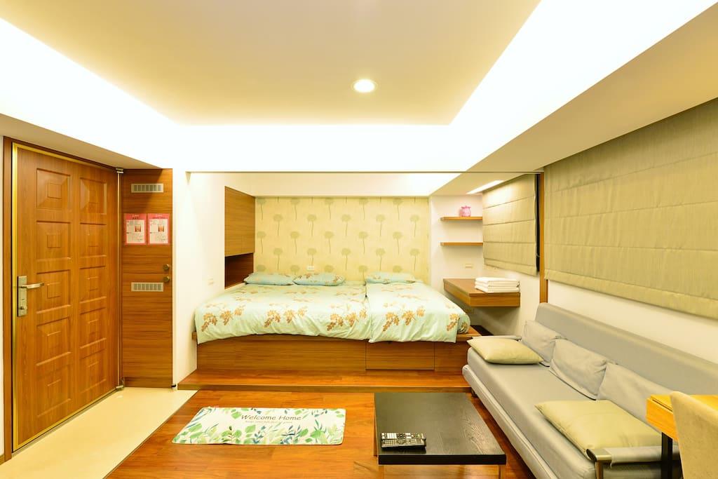 日式淡雅風格套房,通舖設計並備有沙發休憩區及辦公桌椅,最多可容納5-6人入住。
