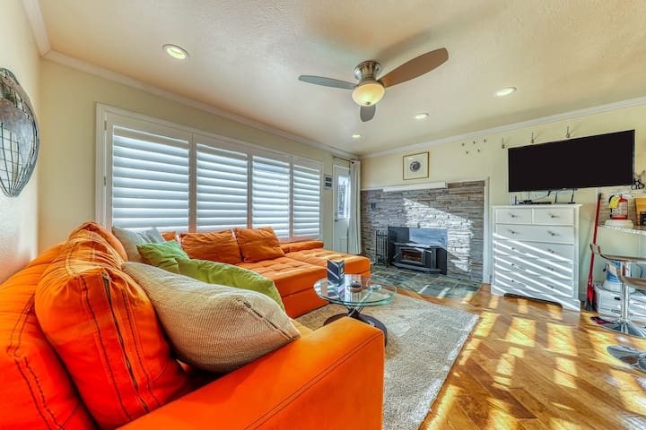 Dog-friendly condo w/shared hot tub & sauna, walk to ski access