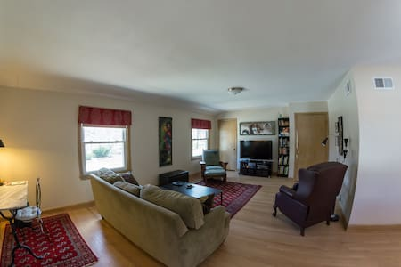 Sunny 2BR, Upper Duplex - Wauwatosa East