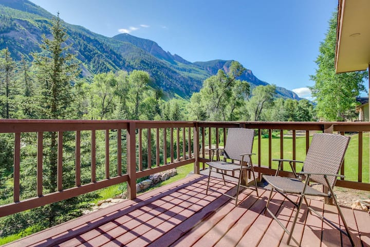 Cozy, waterfront, mountainview cabin w/prime location & shared hot springs!