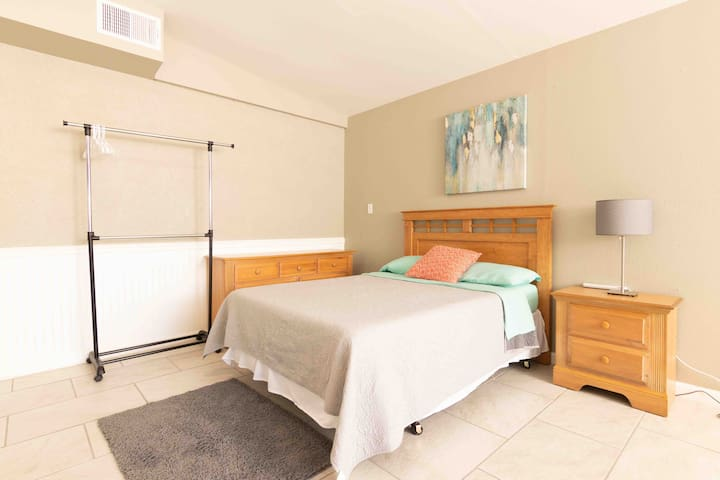 ☀ HAVEN SUITE ☀ KING BED 5 mins to AIRPORT ✯