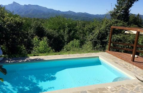 Casa rural toscana con piscina y vistas impresionantes.