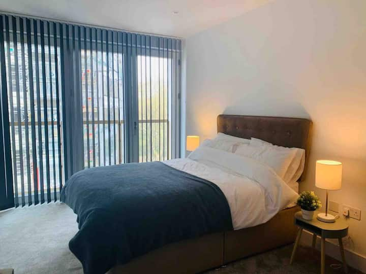 Modern en-suite room + balcony near Central London