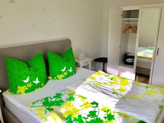 NEU eingerichtetes: Schlafzimmer mit Safe