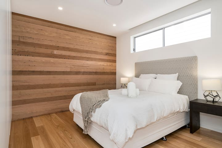 Second Queen bedroom with stunning feature wall