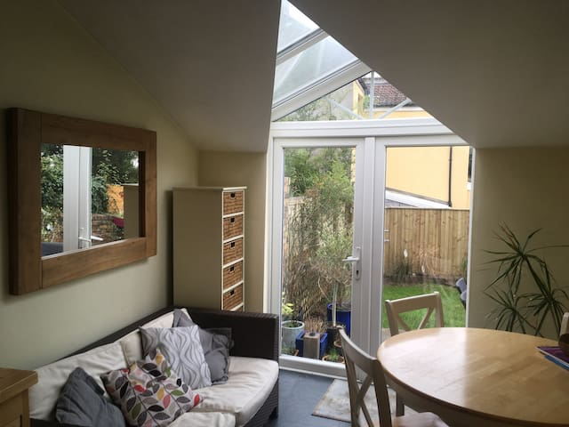 Private room in superb Southville Location Mon-Fri