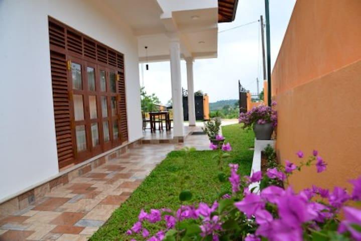 Walloe Adorable new 4BR Hikkaduwa villa and garden