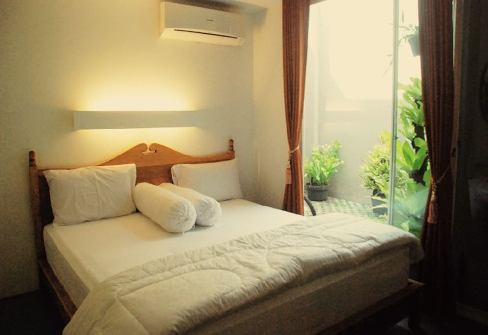 1st floor main bedroom, a queen-size bed welcomes you!