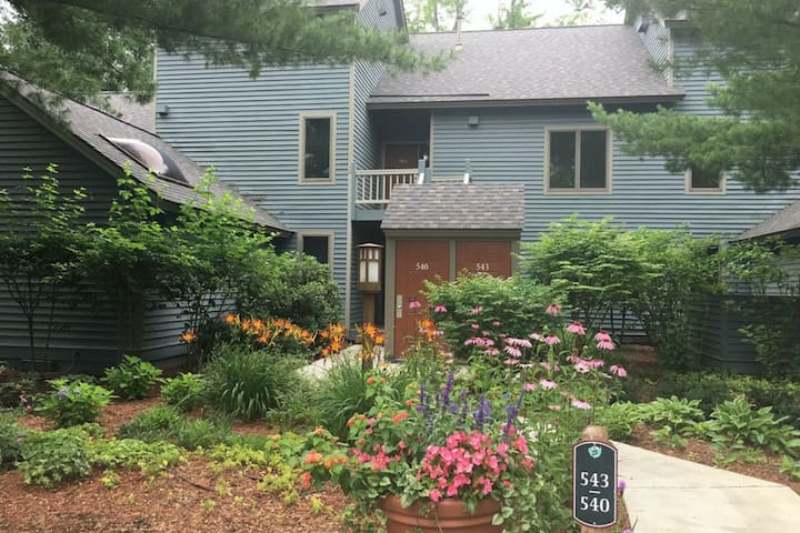 New listing! Mountain condo w/ dining and activities - walk to lifts & golf!