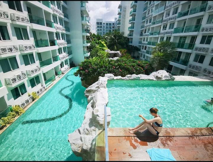 芭提雅中天海滩,亚马逊热带雨林 ,游泳池环绕 ,一楼阳台直达泳池 ,长期更便宜!