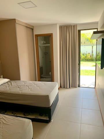 Quaro 1 - vista para o jardim, banheiro privativo, detalhe da cama auxiliar