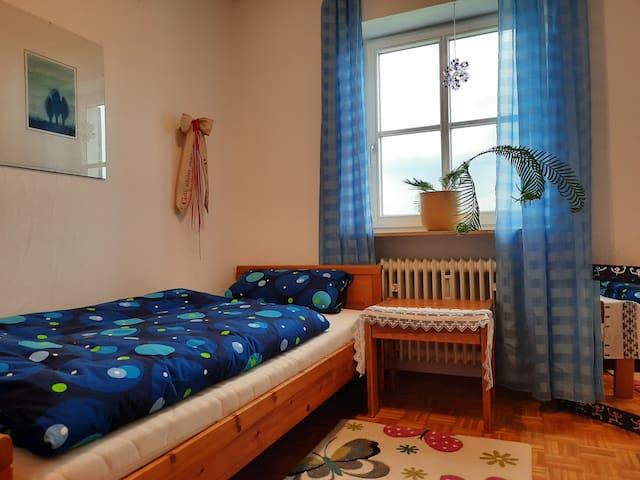 """Das """"blaue Zimmer"""" (mit Einzelbett), klein aber fein (mein Lieblingszimmer)"""