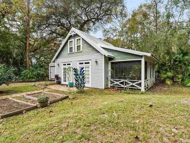 Quaint Cottage in Downtown Micanopy