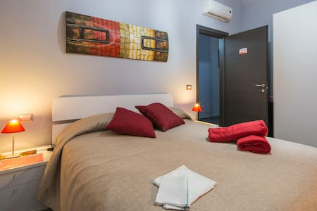 Bed and Breakfast Eco, red room. Double room with ensuite bathroom. B&B Eco, camera rossa. Camera matrimoniale con bagno privato.