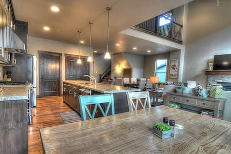 NEW!BeautifullyFurnished! PvtHotTub - Park City