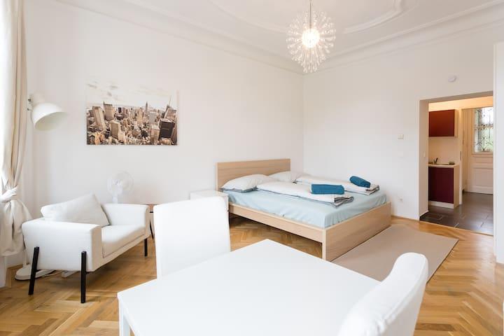 Sicht zum Bett und dem bequemen Couchsessel
